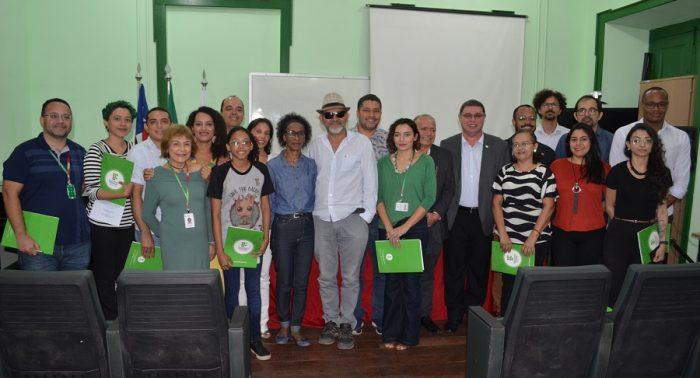 Membros empossados do CONDIR Campus Centro Histórico posam para foto no Auditório Zezé Cassas.